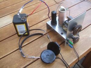 Bild 6. Betrieb mit einer 6-V-Lampenbatterie: Das Gerät funktioniert zwar damit, aber die Belastung der Trockenbatterie, ist so groß, dass ihre Klemmenspannung auf etwas mehr als 5 Volt zurückgeht.