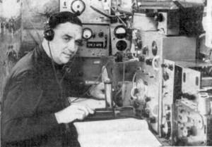 Bild 2: OM Martin in seiner Funkbude in seinem Haus in Domersleben (In der Quelle [13] ist fälschlicherweise angegeben, dass es in der Klubstation Hohendodeleben aufgenommen wurde)*. (Bild: Funkamateur)