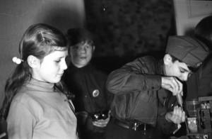 Bild 4: Junge Funkerin und junge Funker der Arbeitsgemeinschaft im Kulturhaus in den 1960er-Jahren.