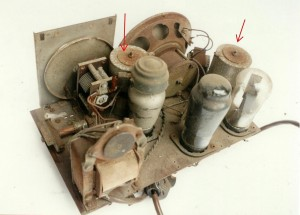 Bild 2. Oberseite des Chassis. Neben der Skala und dem Ausgangstransformator befinden sich die aus Bombenzünder-Kondensatoren zusammengebauten Lade- und Siebkondensatoren (rote Pfeile).