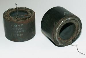 Bild 5. Bombenzünder-Kondensatoren, die der Verfasser auf einem Funk-Flohmarkt erworben hat. Hier erkennt man die ringförmig zusammengelöteten Einzelanschlüsse der einzelnen Wickel.